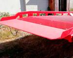 6) Zum Material für die kleine Brücke der Einfahrt (dient, die Kontaktstelle der Überführung und des Lastkraftwagens) die gebuchte Platte mit der Dicke bis zu 20 mm, die Superzuverlässigkeit bei der intensiven Nutzung gewährleistend.